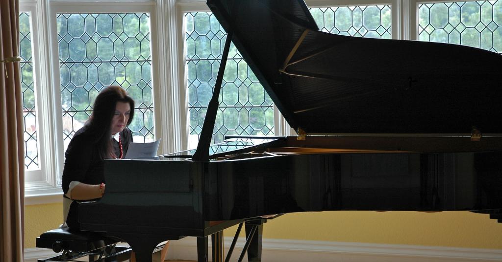 Lady Geraldine tocando el piano y siguiendo su sueño sin siquiera escuchar