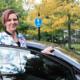 Linda Almqvist se sube al auto que usa para enseñar lecciones de manejo