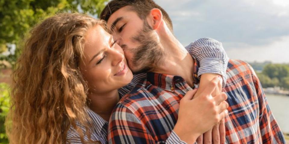 pareja con discapacidad auditiva abrazando