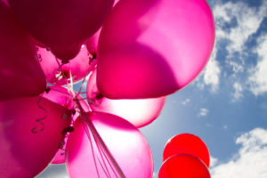 Vejigas rosadas con el cielo de fondo en la foto.