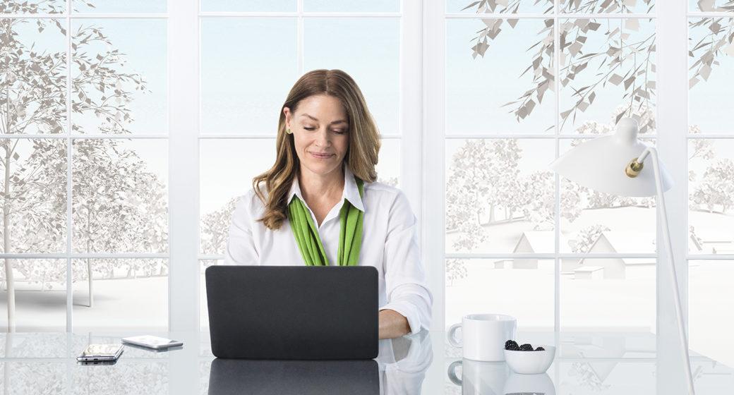 Kvinne sitter foran en datamaskin
