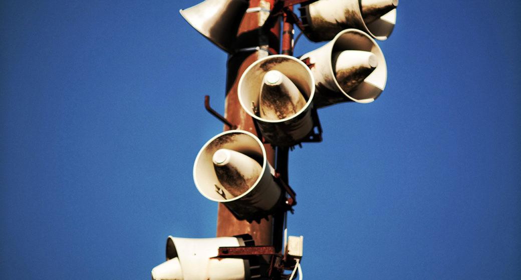 Høytalere lager skarp lyd som kan forårsake tinnitus