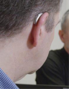 Trond bruker sitt Marvel-høreapparat i kombinasjon med Roger-mikrofoner for å høre godt