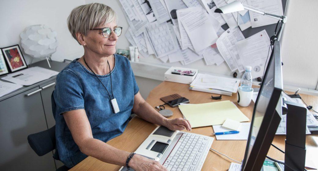 Hørselshjelpemidler hjelper Dorthe fungere med hørselsnedsettelse