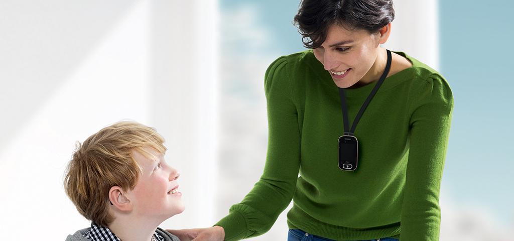 Lærer med nedsatt hørsel hjelper elev