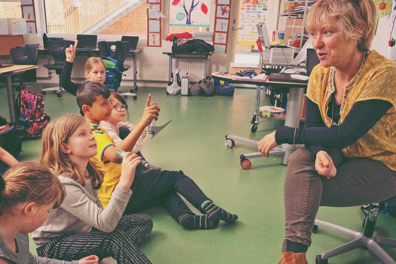 Lærer med nedsatt hørsel bruker lydsystem i klasserommet