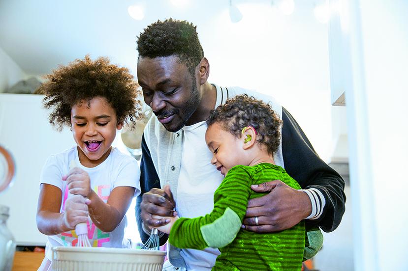 Far baker med barn med hørselstap