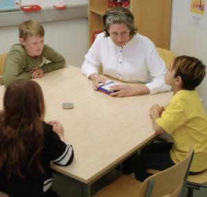 lærer med elever og roger table mic