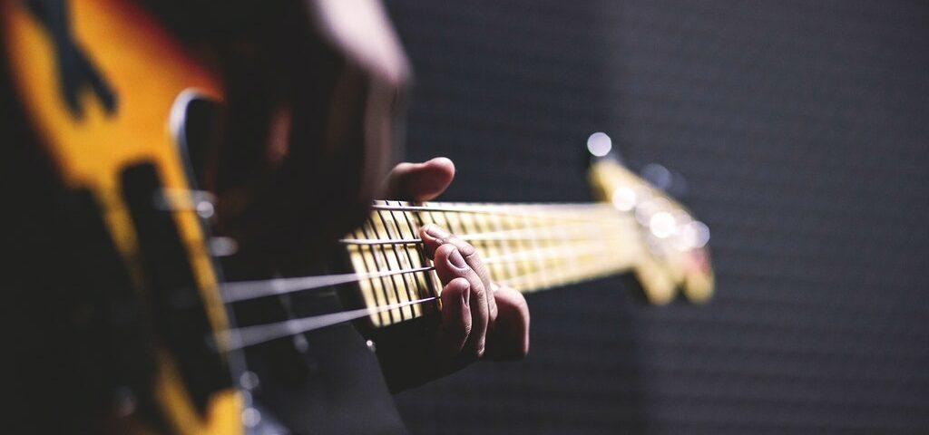 Artist spiller gitar