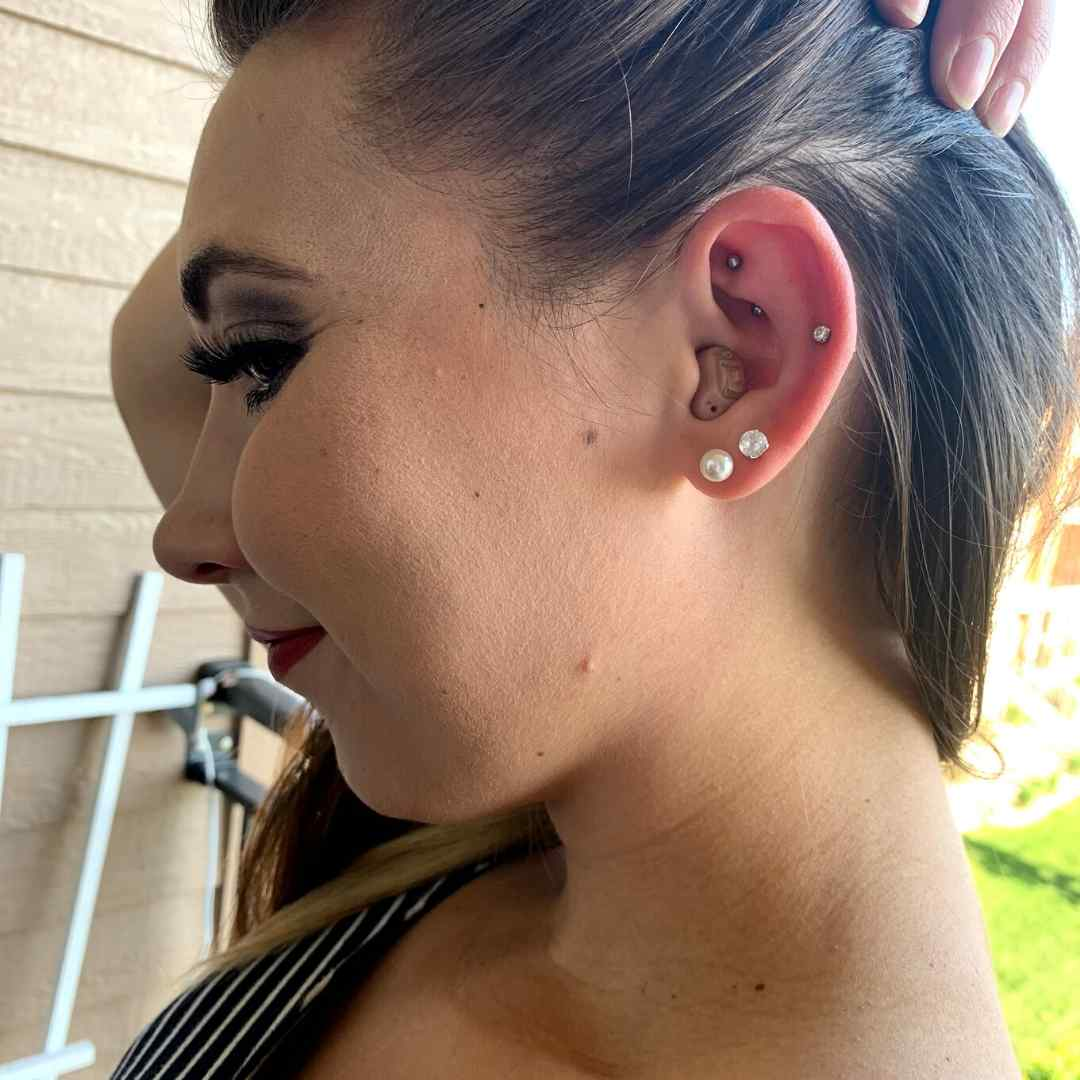 How to wear earrings and hearing aids